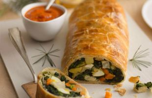 Vegetable roll with spicy sauce